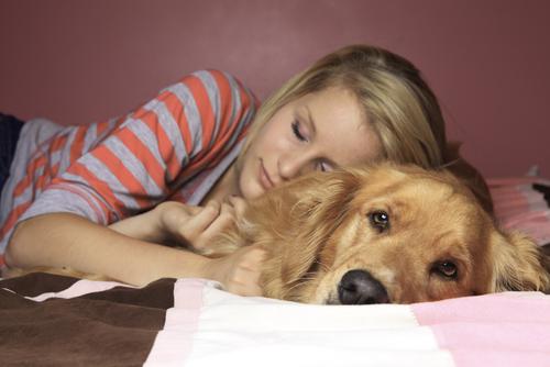 Mulher dormindo com cão