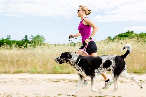 Perro corriendo con su dueña
