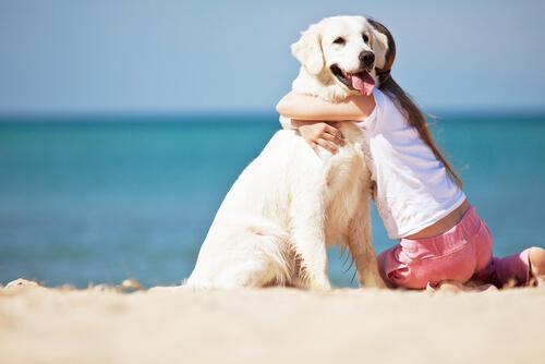 Criança abraçando cachorro