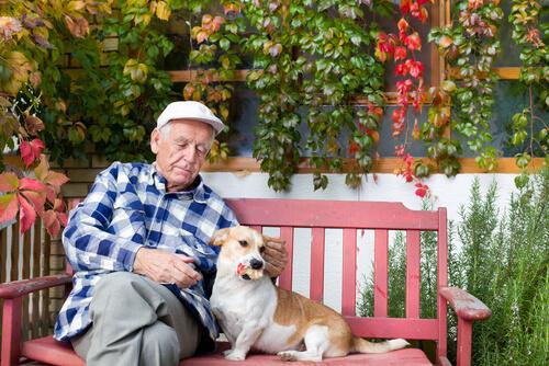 Persona mayor con un perro.