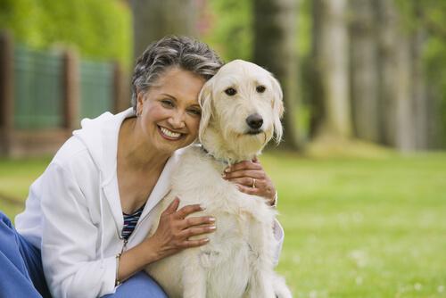 Qué perro adoptar para una persona mayor