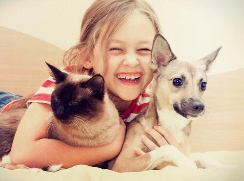 niña-con-perro-y-gato