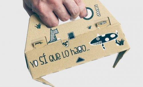 Una empresa española inventa una pinza de cartón para recoger las heces del perro