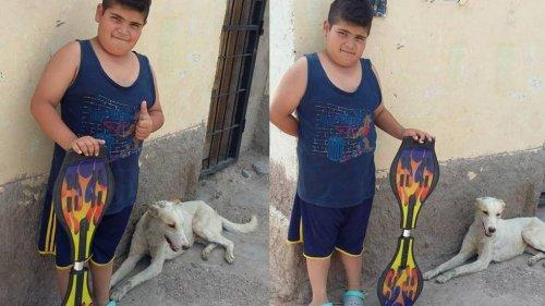 Un niño vende su patineta para comprar medicinas para un perro callejero