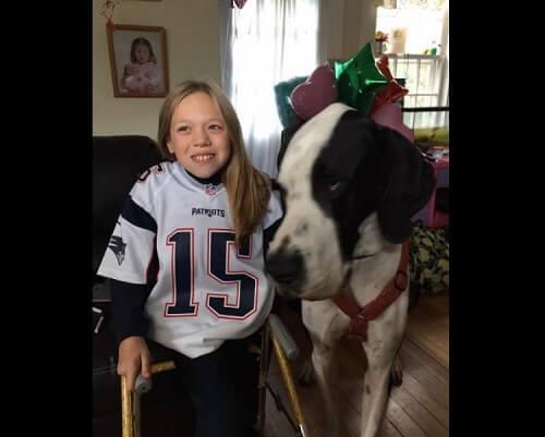 La niña de doce años que consiguió andar gracias a su perro