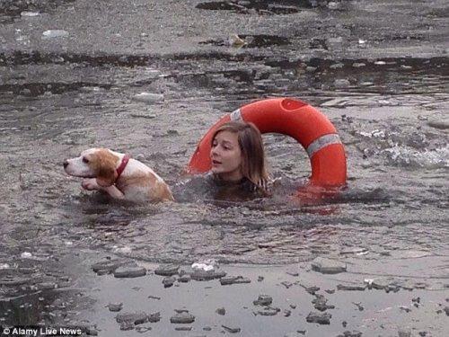 Una chica se tira al lago helado para salvar a un perro