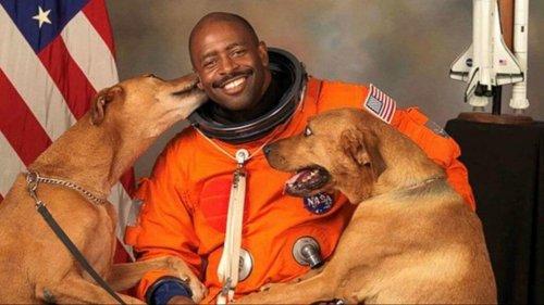 El astronauta que quiso posar con sus perros