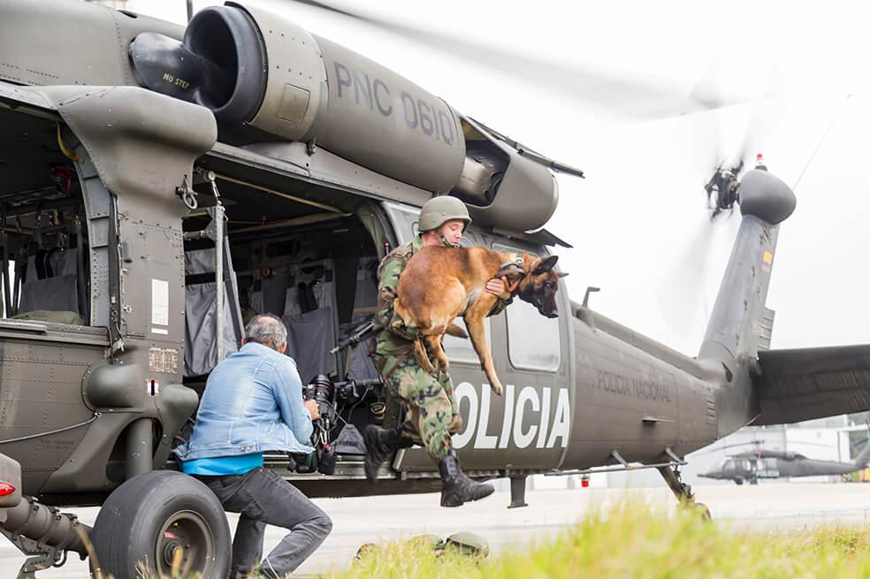 Perro y persona saliendo de un helicoptero