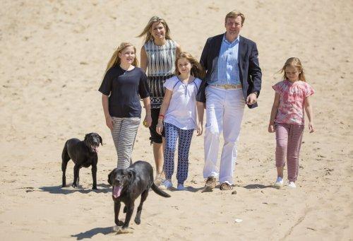 Familia real holandesa con sus perros en la playa