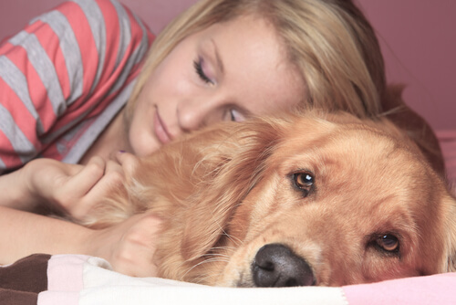 Mujer durmiendo con su perro