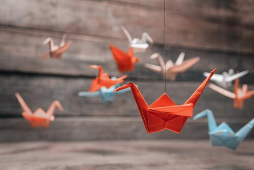 ¿Qué simbolizan las grullas de Origami?