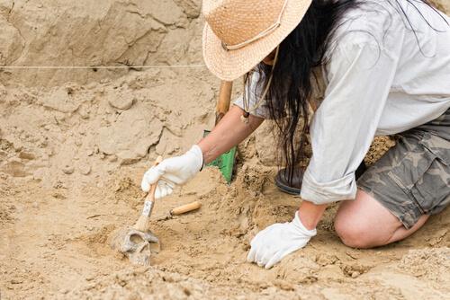 Arqueóloga en un yacimiento.
