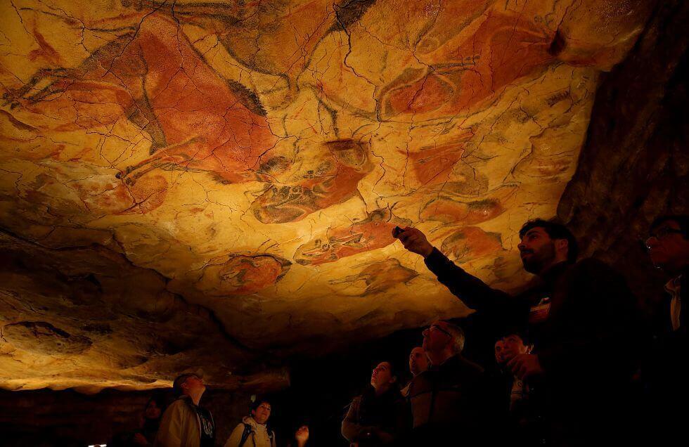 Interior de la cueva de Altamira con turistas