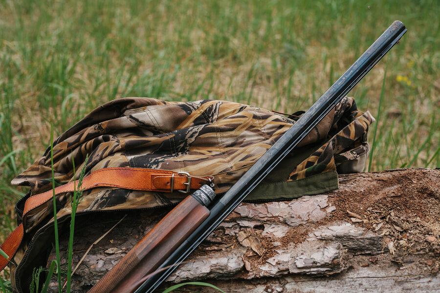 Caza furtiva representada con armas en el monte