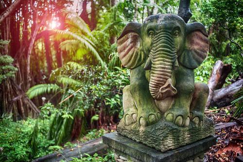 Estatua del elefante de los bosques