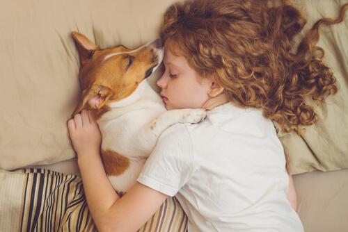 Niña gusta de dormir con su mascota