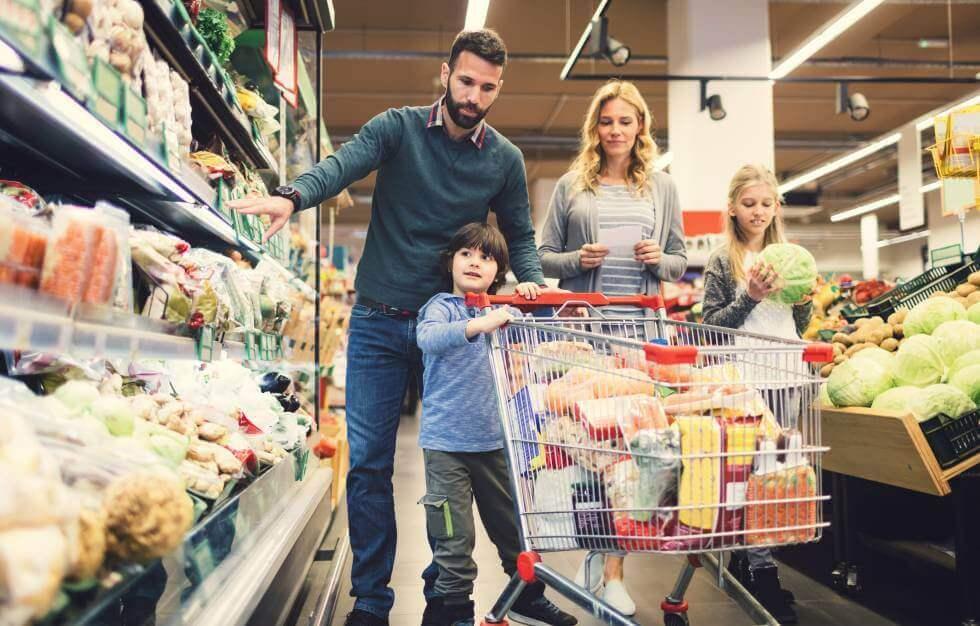 Familia compra en el supermercado durante una crisis alimentaria