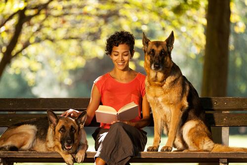Cuidadora de mascotas lee libro