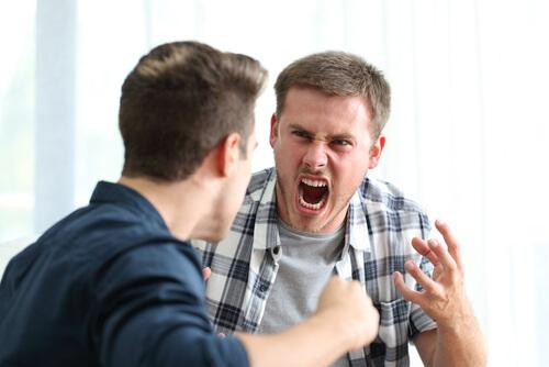 Compañeros discutiendo