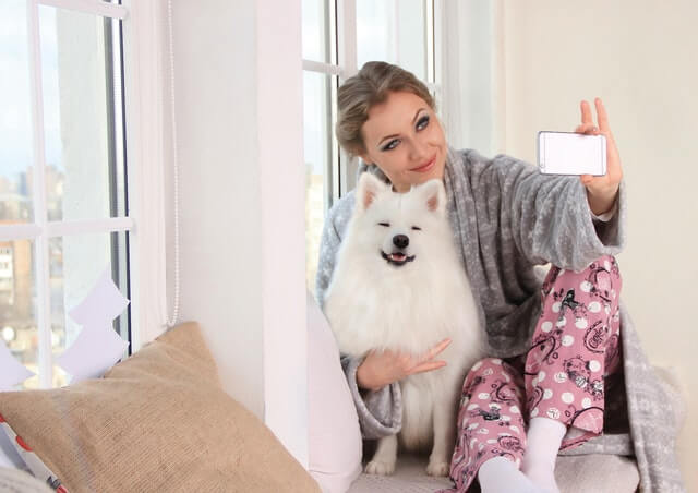 Chica tomándose una selfie con su perro.