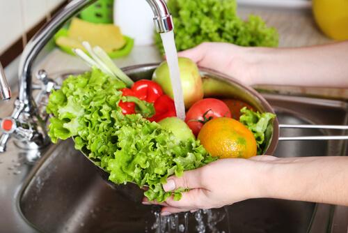 Lavar los alimentos antes de manipularlos ayuda a prevenir la infección por E. coli.