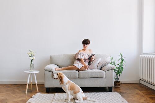 Mujer con su perro en el salón.