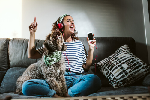 Si salgo de casa, ¿debo dejarle la radio encendida a mi mascota?