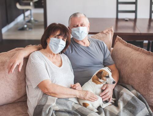 Dos personas enfermas con un perro.