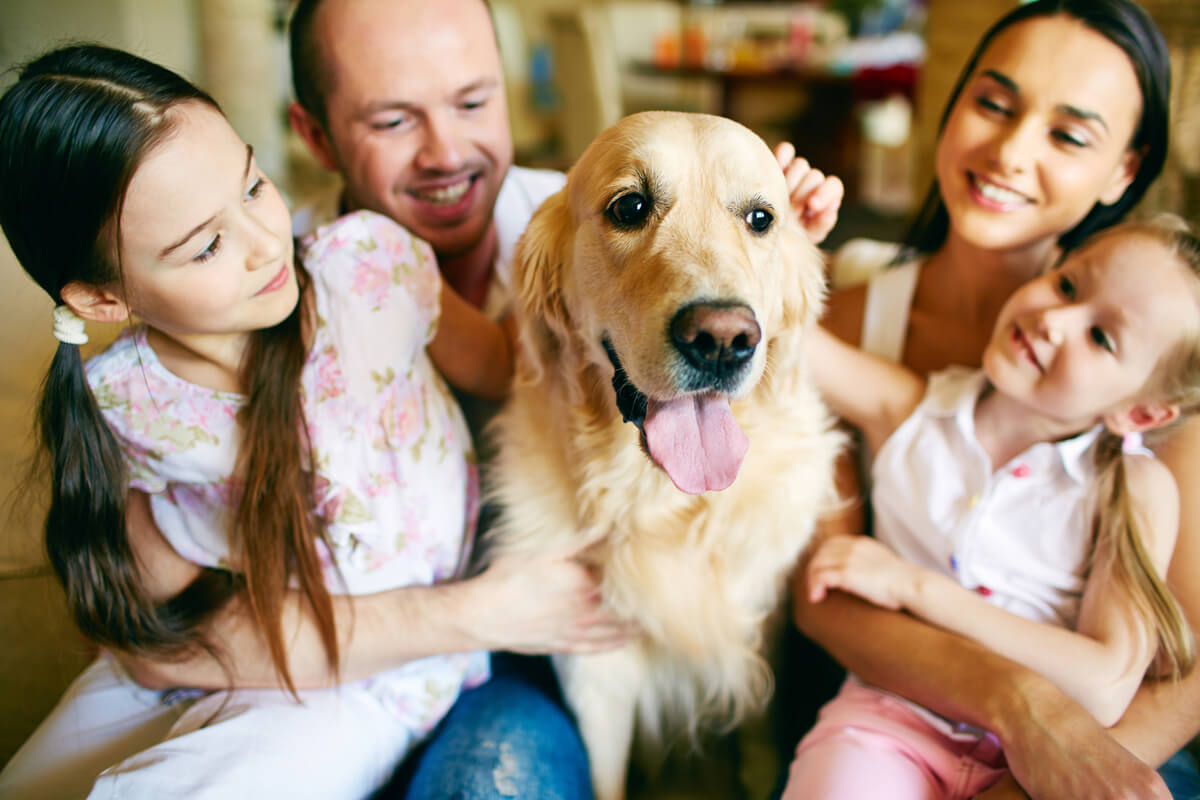 Una familia con un perro.
