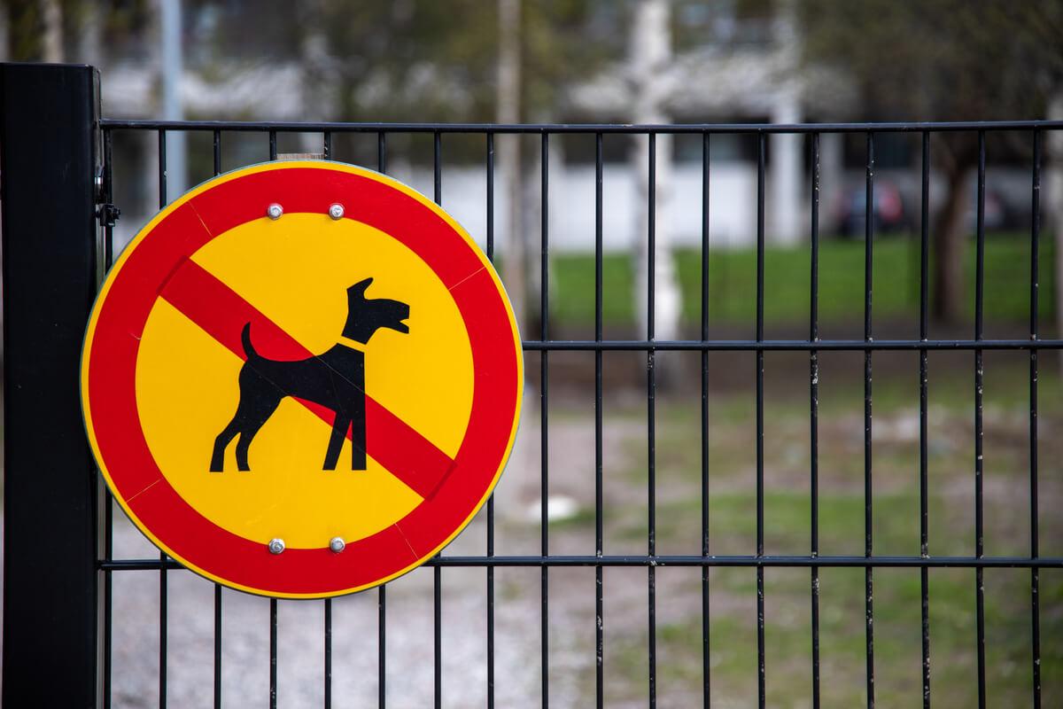 Signo que prohíbe los perros.