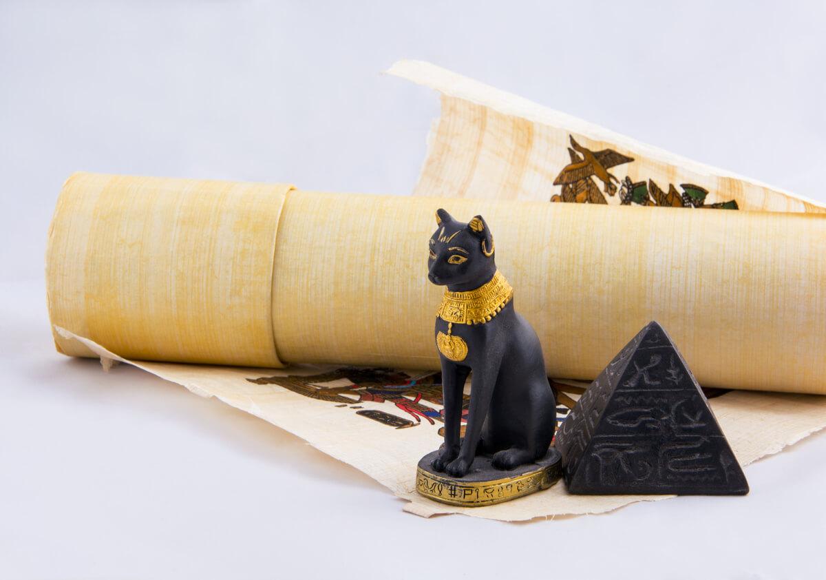 Un gato y un papiro egipcio.