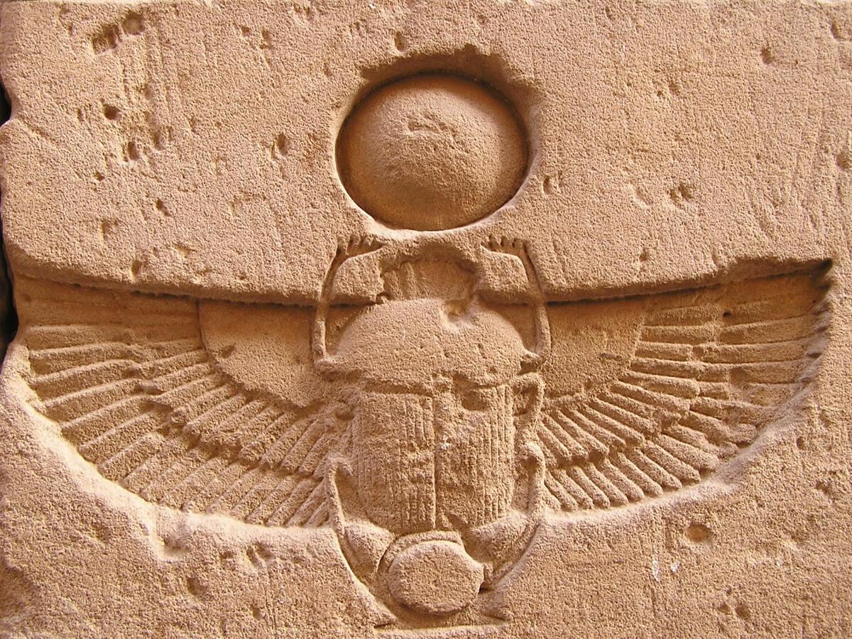 Un escarabajo egipcio tallado sobre piedra.