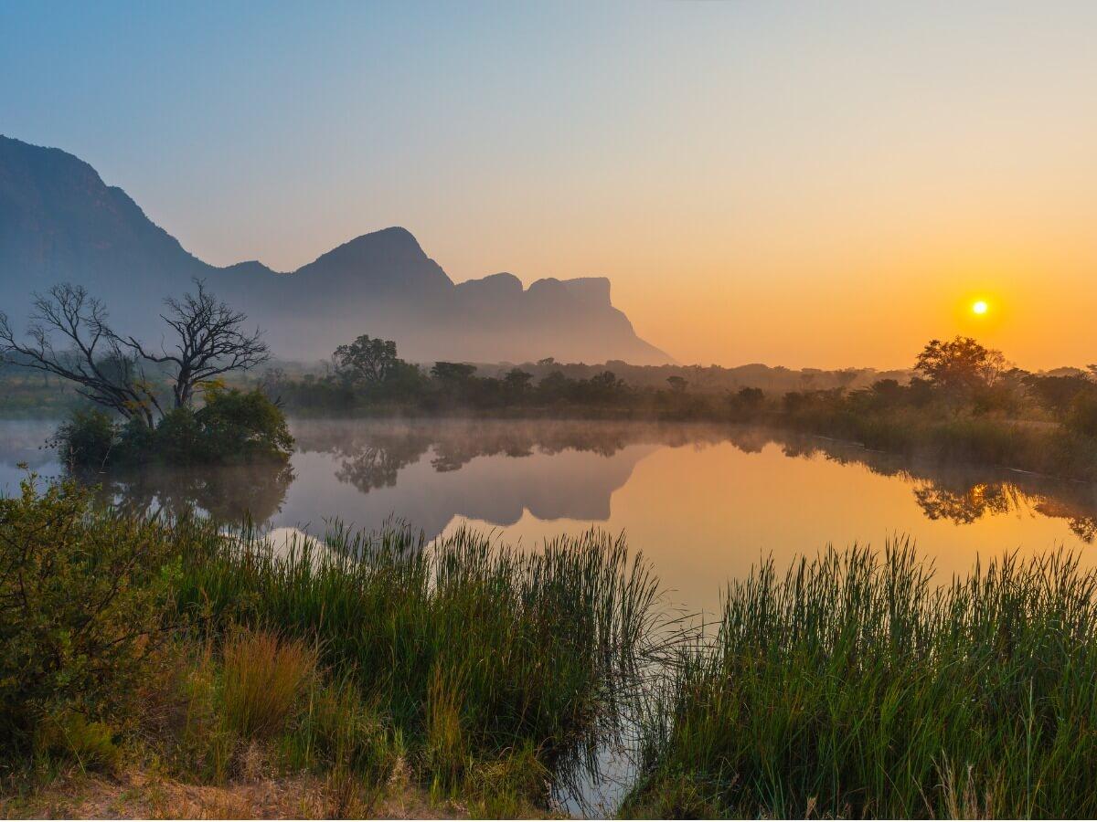 Un lac en Afrique au coucher du soleil.