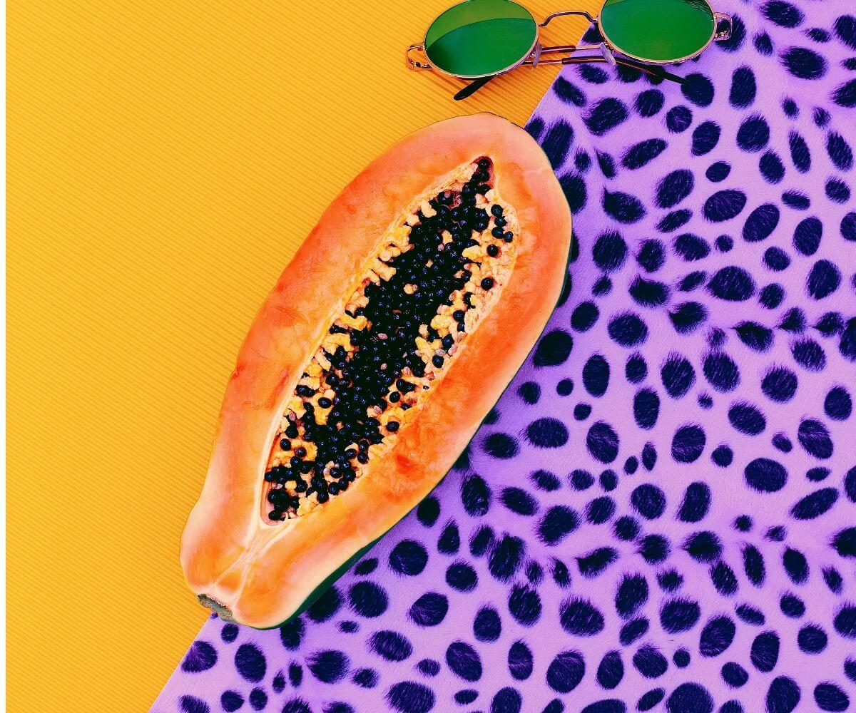Una papaya con un fondo de colores.