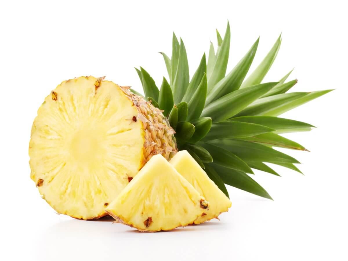 Un ananas su uno sfondo bianco.