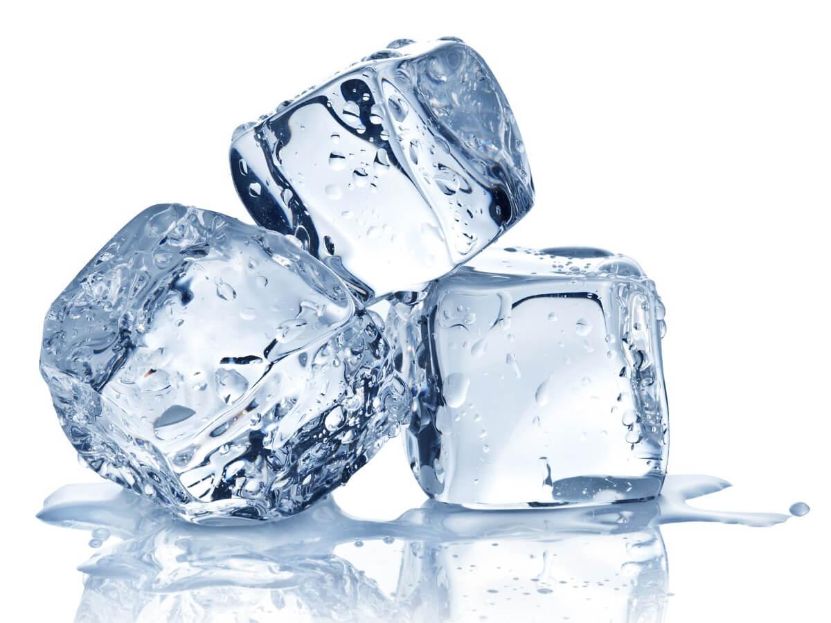 Un cubo de hielo sobre un fondo blanco.