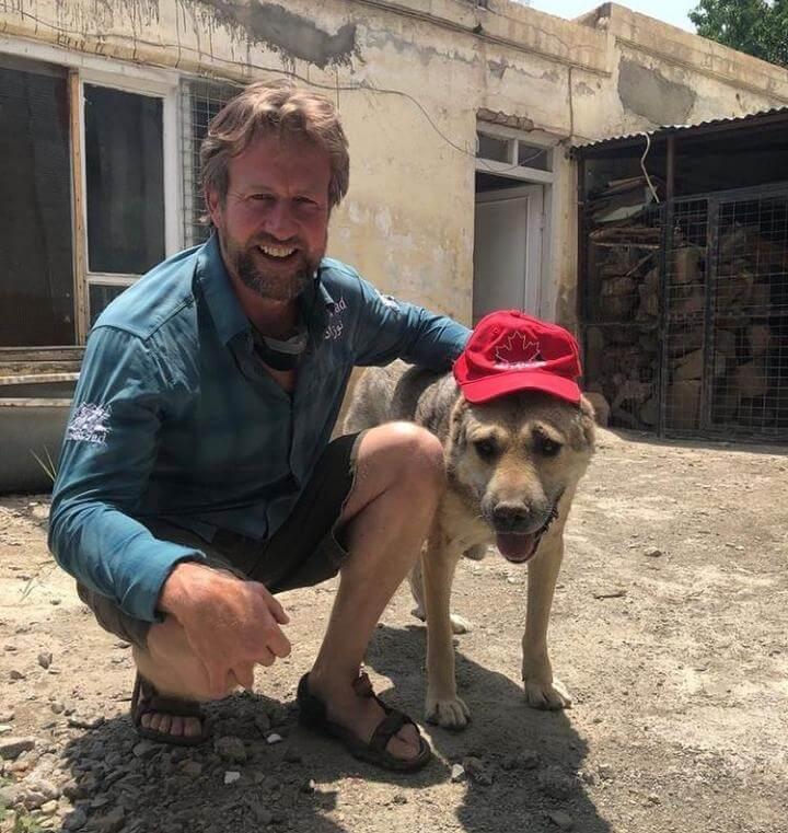 Paul y uno de los perros callejeros.