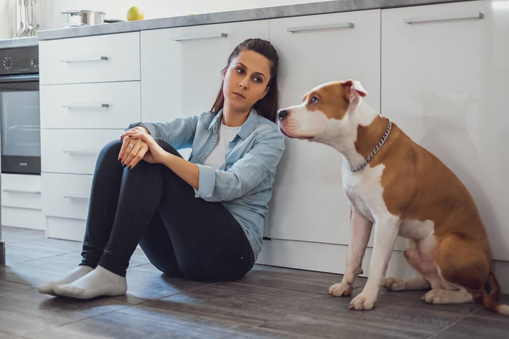 Una mujer y su perro.