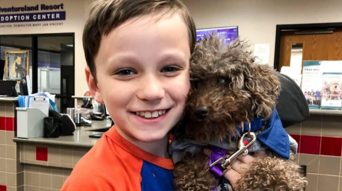 Niño adopta al perro que más lo necesitaba.