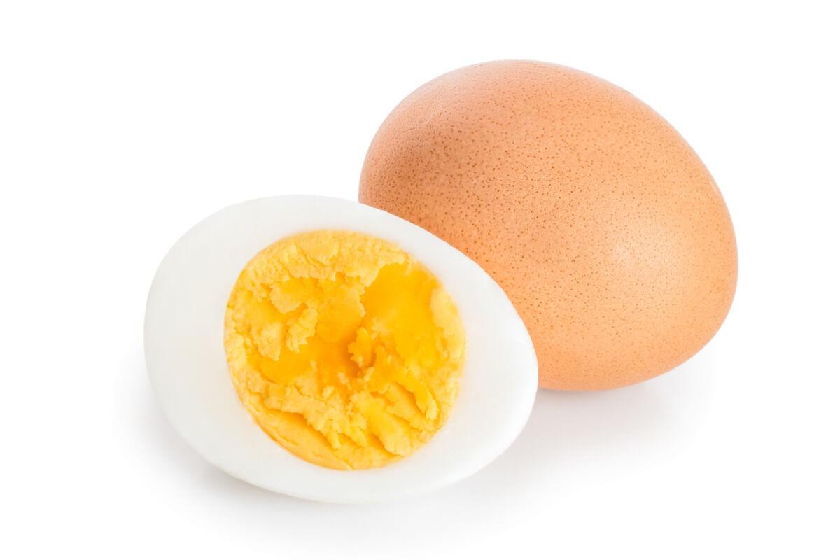 Un huevo cocido.