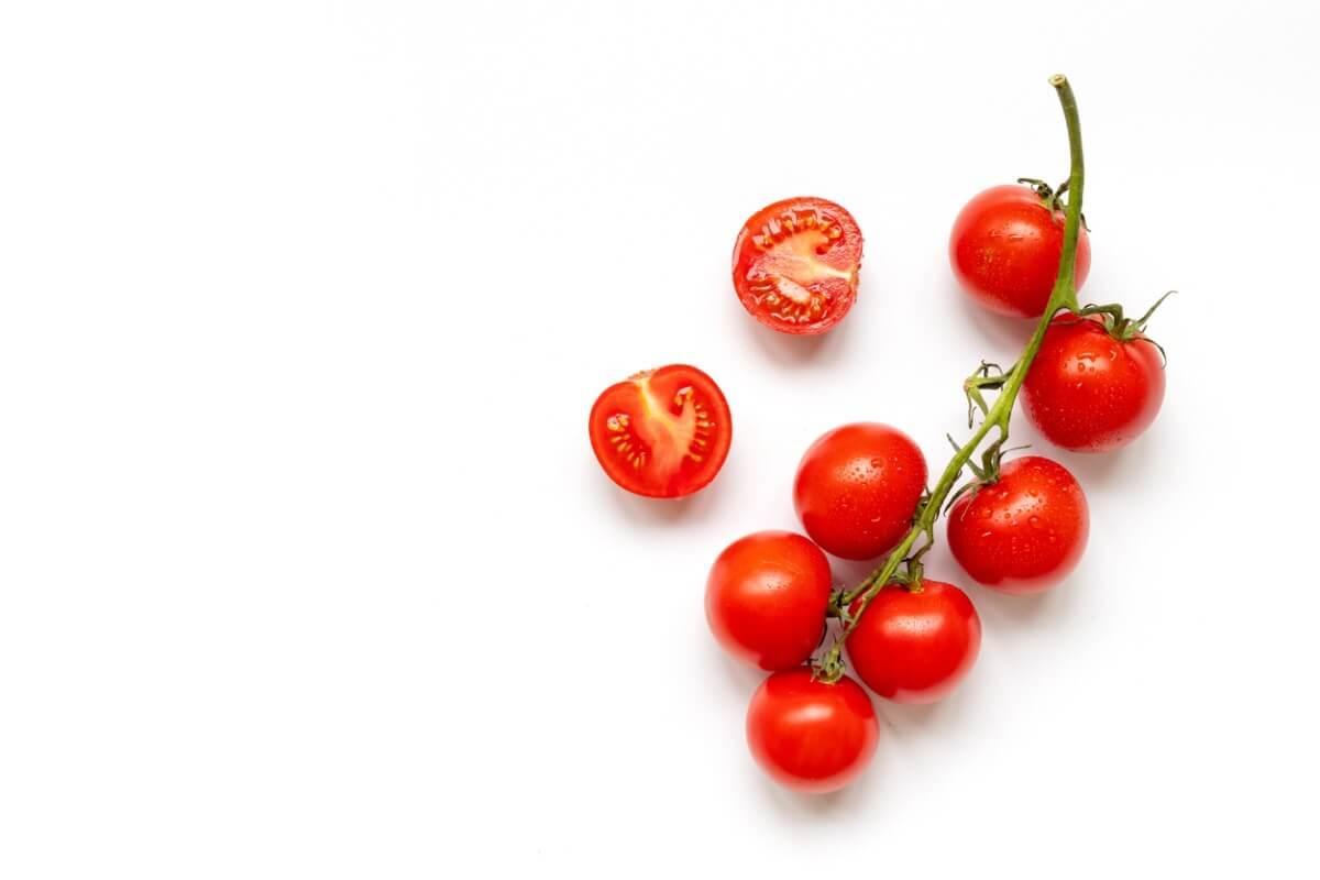 Des tomates sur fond blanc.